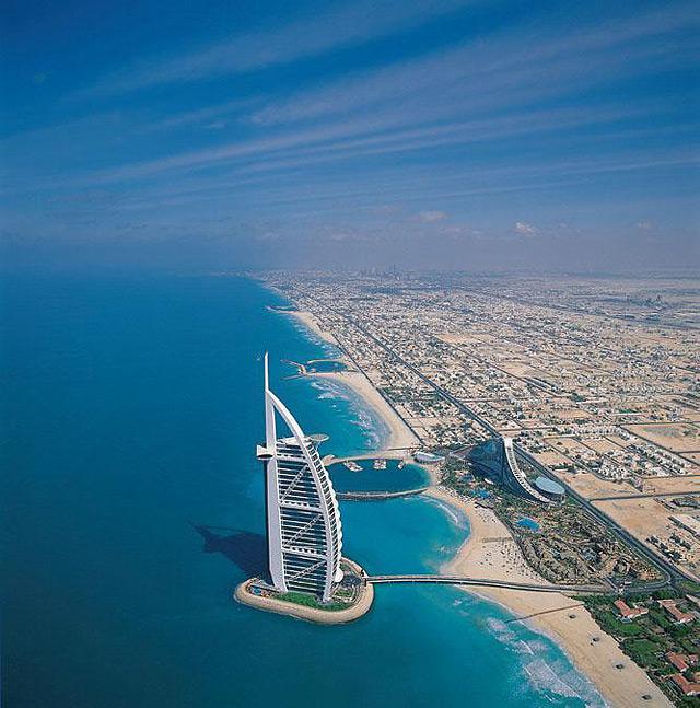 Vista aérea del Burj Al Arab y la costa de Dubai